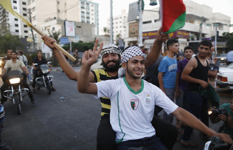 Les Palestiniens célèbrent dans la rue le cessez-le-feu, à Gaza, le 26 août 2014.
