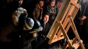 نخست وزیر کانادا در حال ادای احترام به قربانیان سقوط هواپیمای اوکراینی در ایران