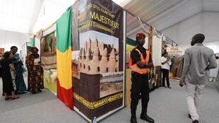 Un policier sénégalais posté devant un stand consacré au Mali à Dakar, lors du sommet de la Francophonie.