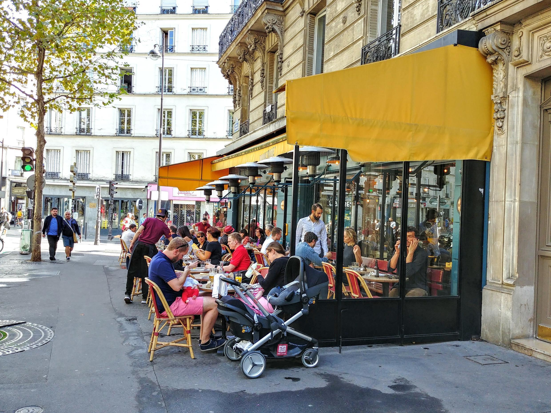 Các góc phố có nhiều hàng quán thu hút nhiều khách hơn thường lệ