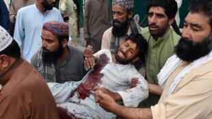 Un homme, blessé dans l'attentat contre un meeting électoral est conduit à l'hôpital de Quetta, la capitale du Baloutchistan, le 13 juillet 2018.