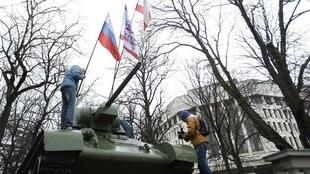 Tượng đài kỷ niệm quân đội Liên Xô ở phía trước trụ sở Quốc hội Crimée, Ukraina, ngày 27/02/2014