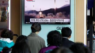 Dân chúng ở một trạm métro tại Seoul (Hàn Quốc) đứng xem tin về vụ Bắc Triều Tiên thử tên lửa ngày 29/04/2017.