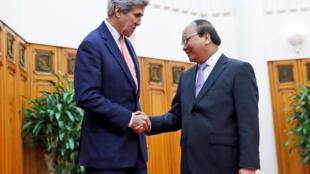 Thủ tướng Việt Nam Nguyễn Xuân Phúc (P) và ngoại trưởng Mỹ John Kerry, trước cuộc họp ngày 13/01/2017, tại Hà Nội.