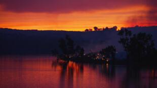 Alors que le soleil se couche sur l'Australie en ce 3 janvier et que le ciel prend les couleurs du brasier, les incendies ne sont toujours pas maitrisés et continuent de faire des dégats dans la région d'Adelaïde, au sud du pays.
