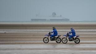 Жандармы патрулируют пляж недалеко от Кале, январь 2020 г.