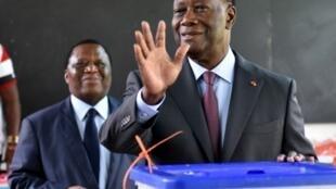 Le président ivoirien Alassane Ouattara vote le dimanche 18 décembre.