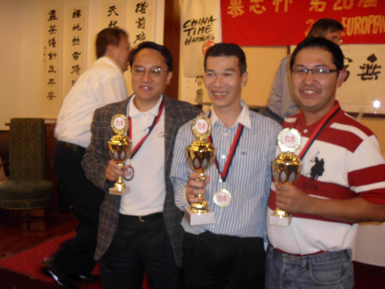 Ba nhà vô địch Cờ Tướng Châu Âu ( từ trái sang phải ) Nguyễn Thái Đông, Đặng Thành Trung và Huỳnh Vĩnh Tường