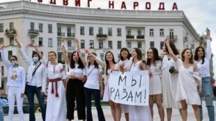 En Biélorussie, les femmes vêtues de blanc exigent la libération de leur proches qui ont été tabassés par les forces de l'ordre.