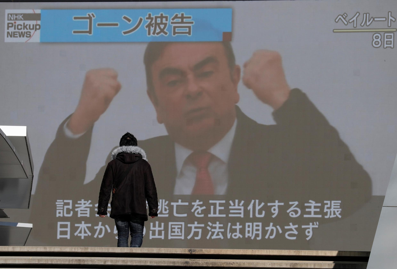 Un écran géant retransmet à la conférence de presse de Carlos Ghosn à Tokyo le 9 janvier 2020.