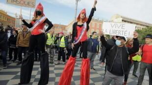 Mujeres disfrazadas de Mariane, uno de los emblemas de Francia, contra la Ley de Seguridad global.
