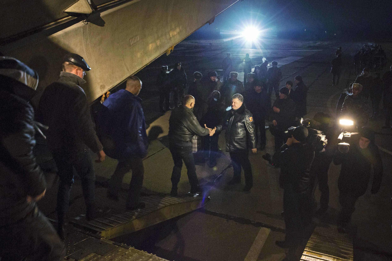 Президент Порошенко встречает украинских военных после плена в ДНР, 27 декабря