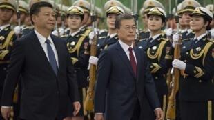 Tổng thống Hàn Quốc Moon Jae In (G) và chủ tịch Trung Quốc Tập Cận Bình duyệt đội quân danh dự tại Đại Lễ Đường Nhân Dân, Bắc Kinh, ngày 14/12/2017.