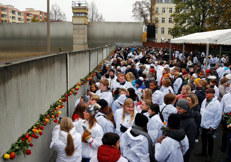 Dân chúng đặt hoa tại đài tưởng niệm Bức Tường ơ phố Bernauer Strasse (Berlin) nhân lễ kỷ niệm 30 năm Bức Tường Berlin sụp đổ. Ảnh 09/11/2019.Ảnh