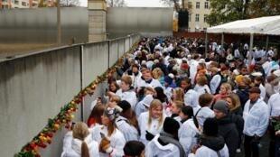 La gente coloca rosas en el Memorial del Muro de Berlín, para celebrar los 30 años de su caída este 9 de noviembre de 2019.