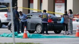 Policiais cercaram a área de um centro comercial de Houston, onde um tiroteio foi registrado nesta segunda-feira (26).