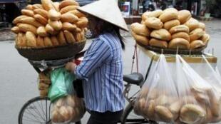 Lạm phát làm cho đời sống người nghèo tại Việt Nam càng thêm khó khăn.