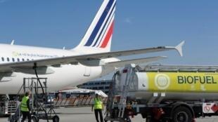 Des travailleurs en train de remplir le réservoir d'un avion Air France, à l'aéroport de Toulouse-Blagnac, le 13 octobre 2011.