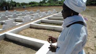 Une femme rend hommage aux victimes du naufrage du Joola, dans le cimetière qui leur est consacré à Dakar, le 26 septembre 2009.
