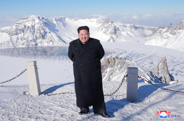 图为朝鲜领袖金正恩登临长白山山顶的官方照片