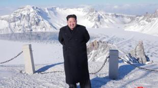 圖為朝鮮領袖金正恩登臨長白山山頂的官方照片