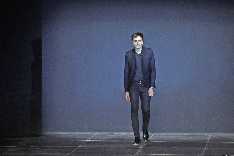 """هدی اِسلیمان، در هفته مد پاریس اکتبر ٢٠١٢، پس از نمایش کلکسیون مد زنانه """"بهار-تابستان ٢٠١٣ """" مِزوُن سن لوران، به روی صحنه رفت."""