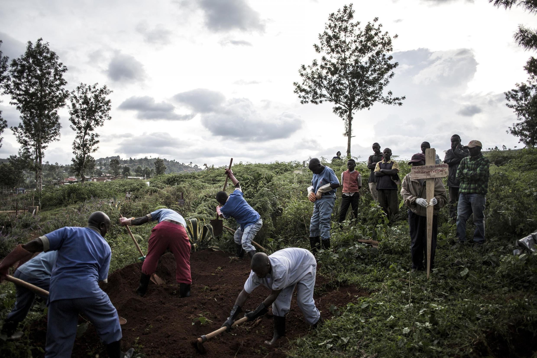 Une famille enterre un proche victime d'Ebola à Butembo, le 16 mai 2019. Dans le secteur de Beni-Butembo, plus de 200 personnes ont succombé au virus en quinze jours.