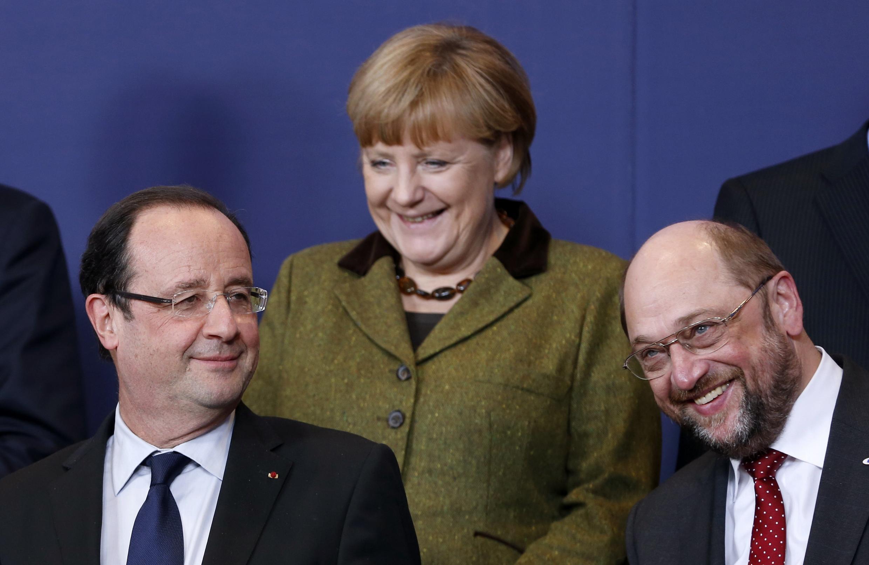 O presidente François Hollande (à esq.), a chanceler Angela Merkel e o presidente do parlamento europeu  Martin Schulz, em Bruxelas.