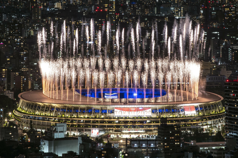 Un feu d'artifice illumine le ciel de Tokyo, lors de la cérémonie de clôture des Jeux Olympiques de Tokyo 2020, le 8 août 2021
