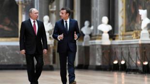 """Tổng thống Pháp, Emmanuel Macron (P) và đồng nhiệm Nga, Vladimir Putin tại phòng trưng bày """"Những cuộc chiến"""" ở cung điện Versailles, Pháp, ngày 29/05/2017."""