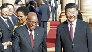 Tổng thống Nam Phi Jacob Zuma (T) tiếp đón Chủ tịch Trung Quốc Tập Cận Bình - REUTERS /Sydney Seshibedi