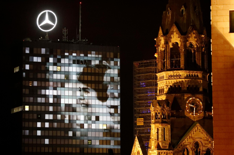 Logo của hãng xe Mercedes sáng chói trên bầu trời Berlin.