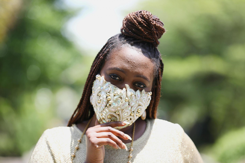 La styliste nigériane, Sefiya Diejomaoh porte un masque assortie à sa tenue (image d'illustration).