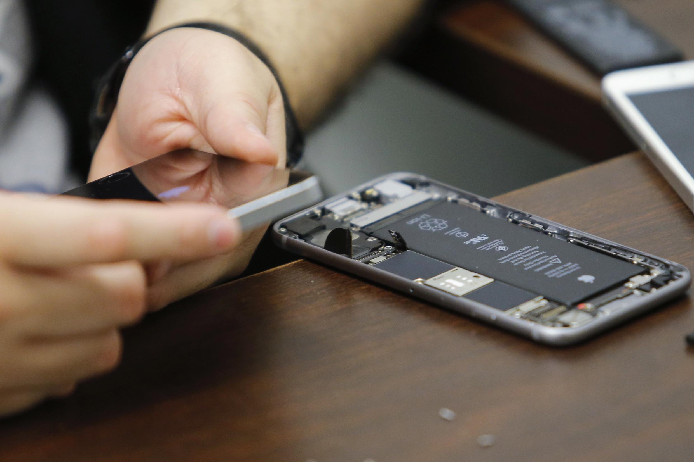 Muitos telefones hoje não são desmontáveis ou têm o conserto difícil, uma prática que o Senado francês quer impedir.