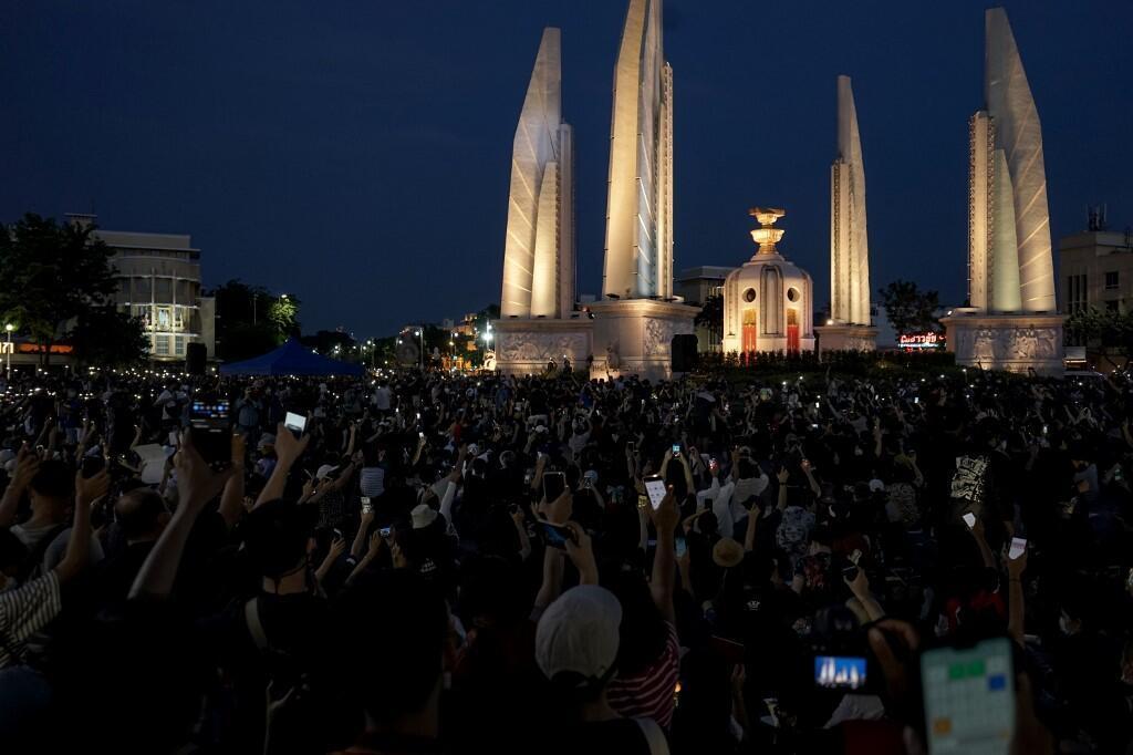 Hàng ngàn người dân Thái Lan tụ tập trước tượng đài dân chủ đòi chính phủ xuất thân từ giới quân nhân từ nhiệm, Bangkok ngày 18/07/2020.