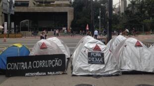 Barracas de militantes pró-impeachment tomam parte da calçada da Fiesp.