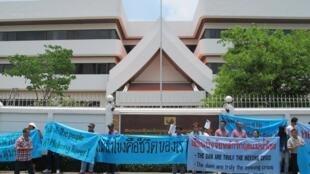 Biểu tình trước đại sứ quán Lào tại Bangkok chống việc xây dựng đập thủy điện Xayaburi ngày 18/4/11.