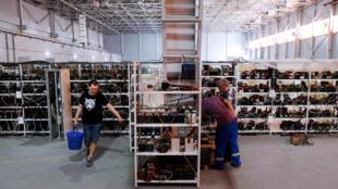En Russie, l'homme d'affaires Dmitry Mirinichev's investit dans des «fermes» de «minage», avec pour objectif de s'accaparer 30% du marché mondial.