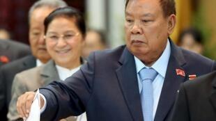 Tân tổng bí thư đảng Nhân Dân Cách Mạng Lào Bounnhang Vorachit  bỏ phiếu nhân Đại hội Đảng bế mạc ngày 22/01/2016.