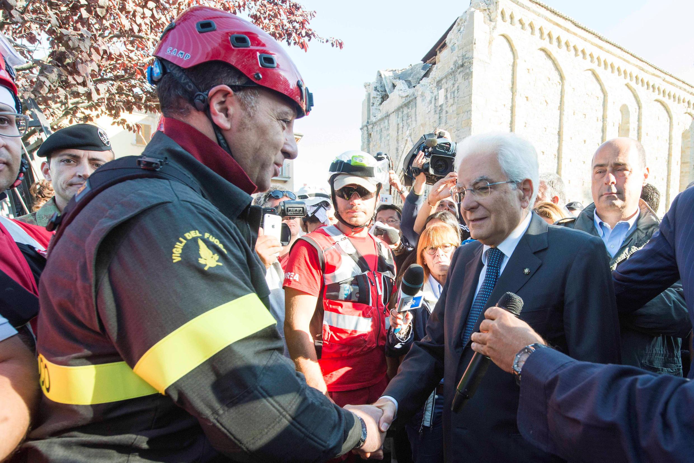 Le président italien Mattarella salue un secouriste, le 27 août à Amatrice.