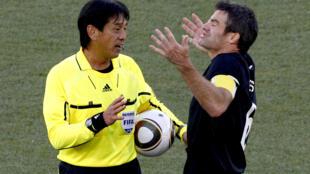 O juiz japonês Yuichi Nishimura apitou o jogo em que o Paraguai mandou o Japão para casa.