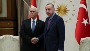 ប្រធានាធិបតីតួកគីលោក Recep Tayyip Erdogan ជួបពិភាក្សាជាមួយអនុប្រធានាធិបតីអាមេរិកMike Pence នៅវិមានប្រធានាធិបតីនៅទីក្រុងអង់ការ៉ាថ្ងៃទី ១៧តុលា ២០១៩