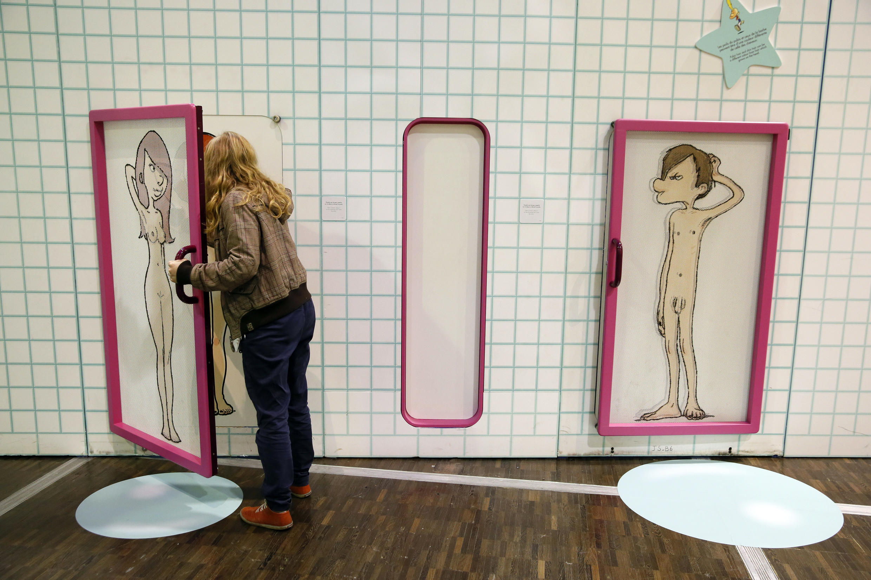 Une jeune fille parcourt l'exposition « le Zizi sexuel » le 10 octobre 2014 à la Cité des Sciences, à Paris.