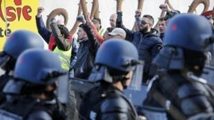 法國強硬工會CGT和FO在煉油廠面對前來清場的警察2016年5月24日馬賽