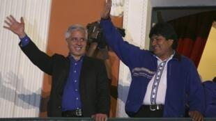 Evo Morales (à droite aux côtés du vice-président Alvaro Garcia Linera) a été réélu pour un troisième mandat, le 12 octobre 2014.
