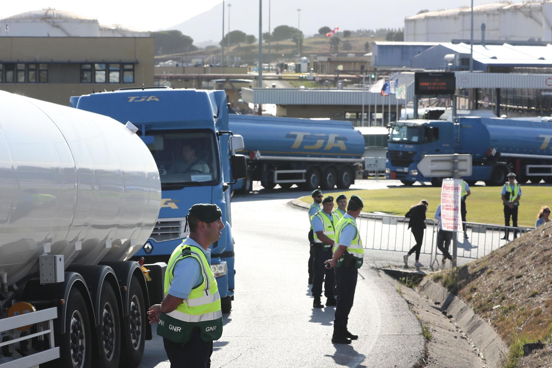 Elementos da GNR, junto à saída da sede da Companhia Logística de Combustíveis (CLC), durante a greve por tempo indeterminado dos motoristas de matérias perigosas e de mercadorias, Azambuja, 12 de agosto de 2019.