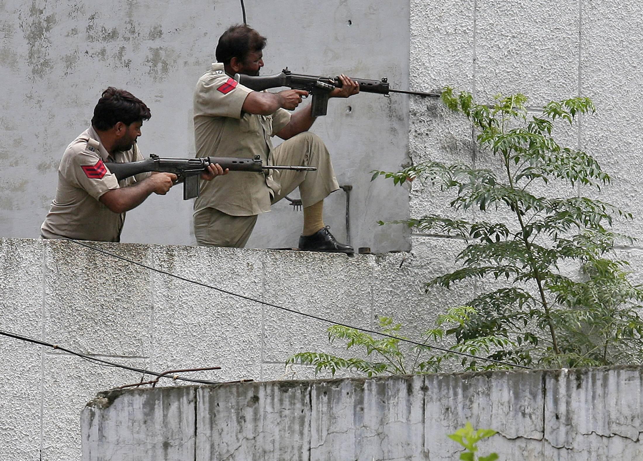 Les forces de sécurité indiennes font le siège du poste de police où se sont retranchés des terroristes encore non identifiés, dans la ville de Gurdaspur au Pendjab