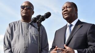 Les présidents burkinabè Roch Marc Christian Kaboré (g.) et ivoirien Alassane Ouattara (à droite), à Yamoussoukro, le 28 juillet 2016, lors de la cinquième conférence du traité d'amitié et de coopération entre leurs deux pays.