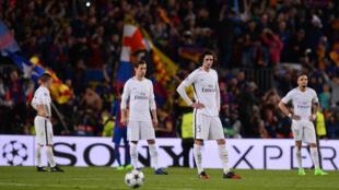 Jogadores do PSG abatidos na derrota por 6-1 do Barcelona.