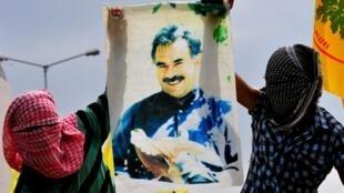 Des rebelles kurdes brandissent le portrait de leur leader Abdullah Ocalan, le 1 août 2010